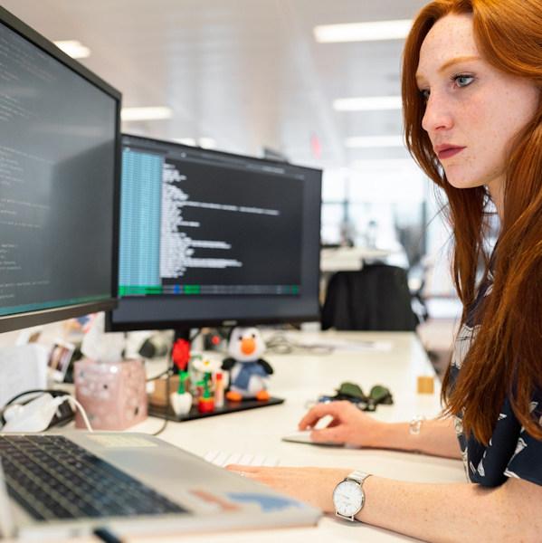 Arbeitsplatz mit mehreren Monitoren