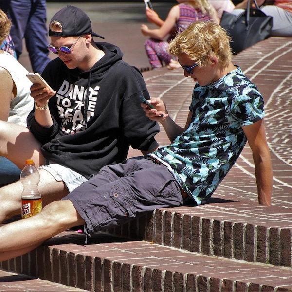 Jugendliche am Smartphone