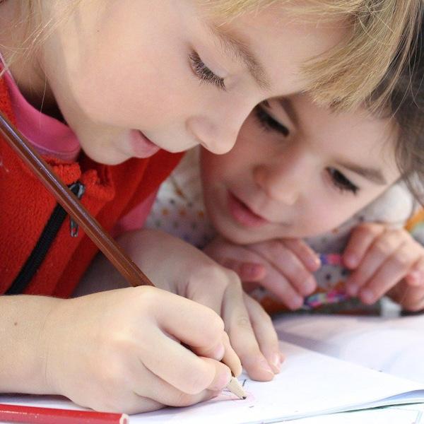 Kinder machen Hausaufgaben