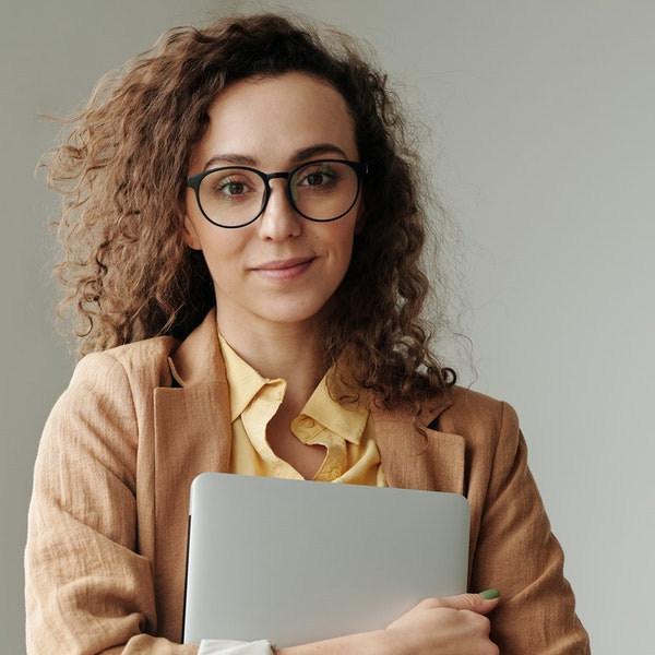 junge Frau mit Brille